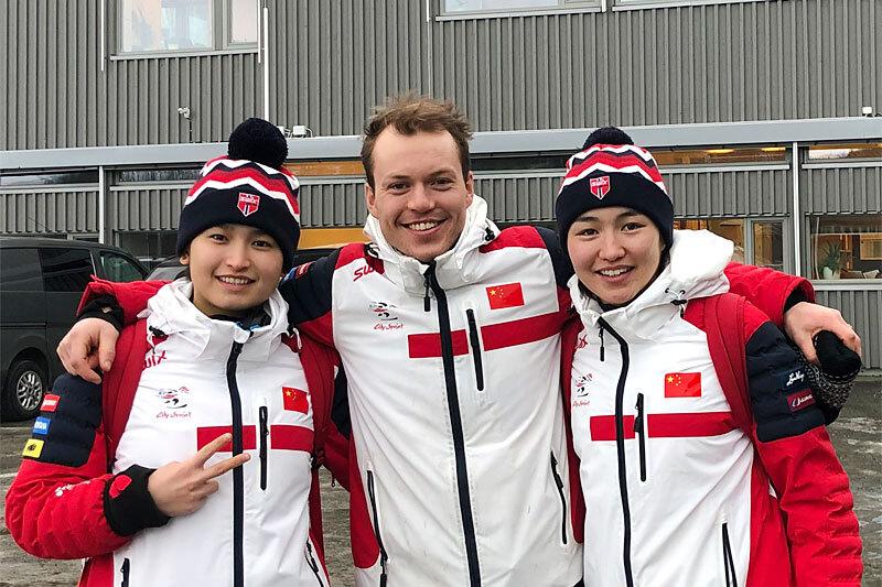 Kristian Bjune Sveen flankert av Dinigeer Yiliamujiang og Bayani Jialin. Foto: Privat.
