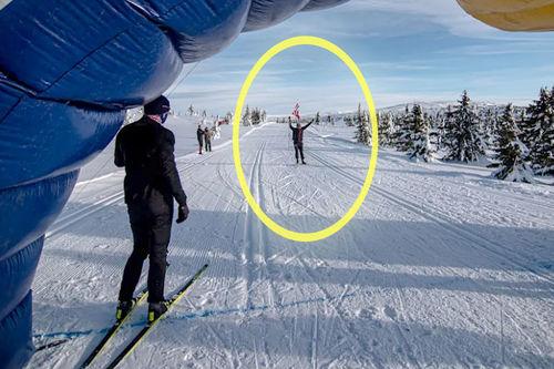 Aksel Lund Svindal trener spurt og innslag, mens Petter Northug inspiserer det hele ved målstreken i deres treningssamarbeid mot Red Bull Janteloppet 2020. Foto: Jeppe Solberg / Red Bull Content Pool.