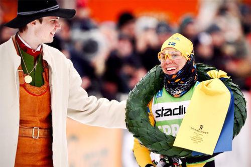 Lina Korsgren smiler etter å ha vunnet Vasaloppet 2020 i suveren stil. Foto: Magnus Östh / Visma Ski Classics.