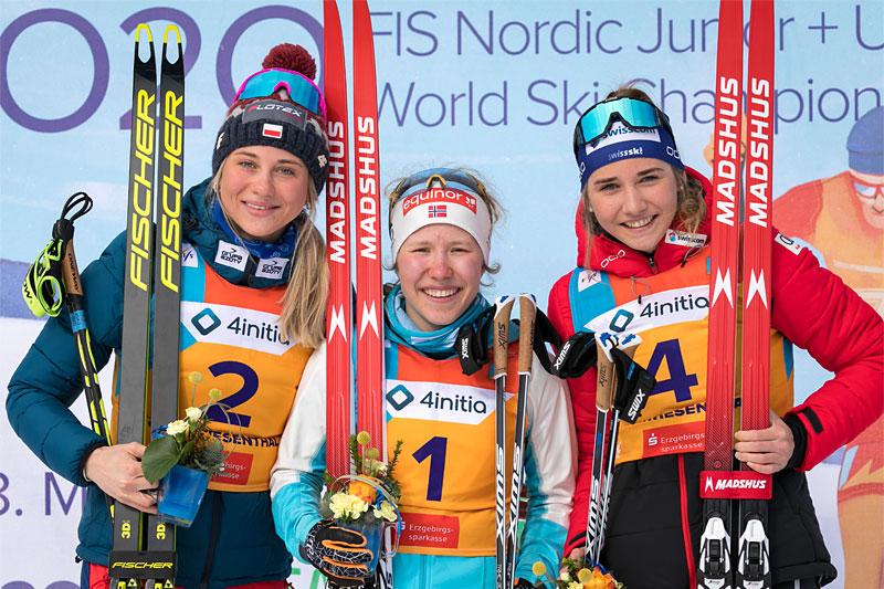 Helene Marie Fossesholm er en av rundt 1000 løpere som så frem til NM Junior. Her er hun på pallen i Junior-VM 2020 i Oberwiesenthal. FV: Izabela Marcisz (2. plass), Helene Marie Fossesholm (1) og Siri Wigger (3). Foto: Marko Unger / Studio2media.
