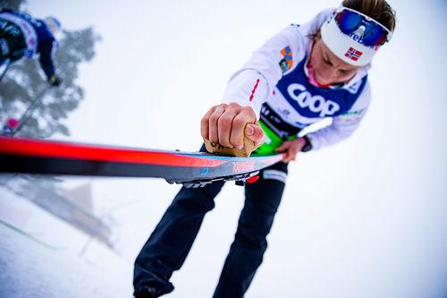 Astrid Uhrenholdt Jacobsen smører ski i Holmenkollen. Foto: Modica/NordicFocus.