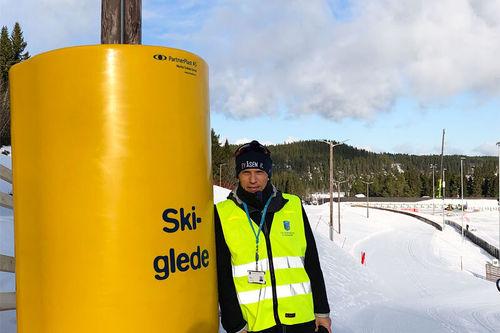 Helge Johansen ved stolpepolstring ute i løypenettet i Granåsen. Foto: Trondheim Kommune.