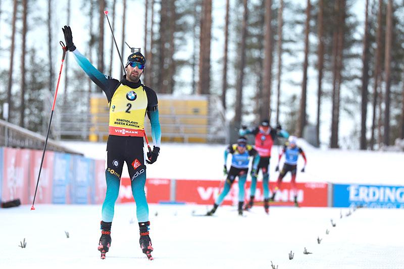 Martin Fourcade inn til seier på jaktstart i finske Kontiolahti 2020 under sitt aller siste  verdenscuprenn. Foto: Manzoni/NordicFocus.