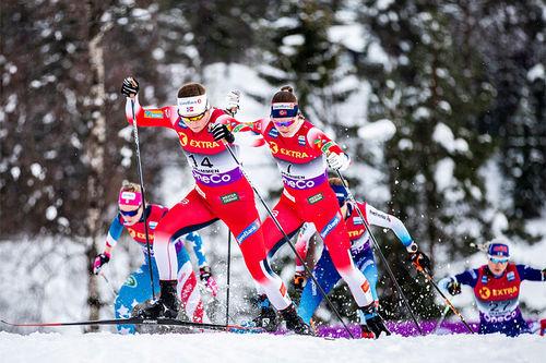 Tiril Udnes Weng og Ane Appelkvist Stenseth i front av feltet under verdenscupen i Drammen 2020, som grunnet snømangel ble lagt opp til langrennsarenaen på Konnerud. Foto: Modica/NordicFocus.