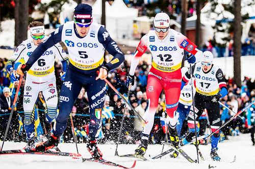 Eirik Brandsdal i rødt ute i løypa under verdenscupen i Falun. Foto: Modica/NordicFocus.