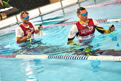 Petter Northug og Alexander Legkov trener i vann, med skistaver og langrennski, altså ikke vannjogging, men vannlangrennsløping. Foto: Denis Klero.