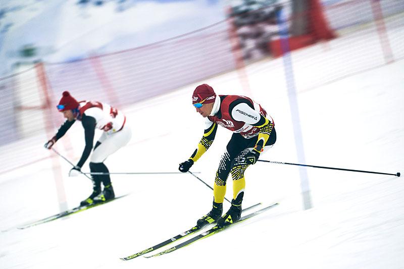 Petter Northug og Alexander Legkov i slålombakken med langrennsski. Foto: Denis Klero.