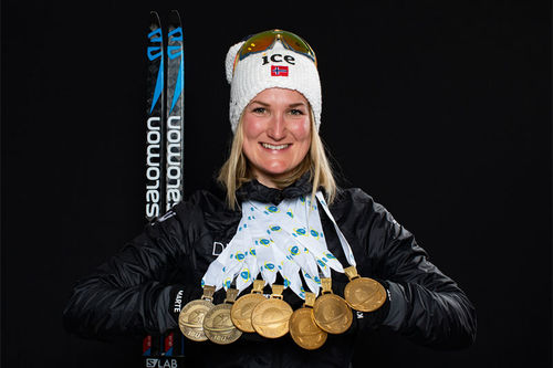 Marte Olsbu Røiseland med sine VM-medaljer, 2 bronse og hele 5 gull, fra verdensmesterskapet i Anterselva / Antholz 2020. Foto: Manzoni/NordicFocus.