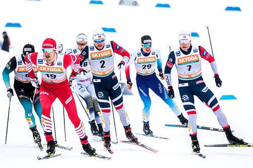 Eirik Brandsdal helt ute til høyre i bildet med trygg og god plassering i forhold til resten av feltet under World Cup i Lahti. Foto: Modica/NordicFocus.