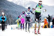 Stian Berg fører an i klynga under Visma Ski Classics-rennet Marcialonga. Foto: Modica/NordicFocus.