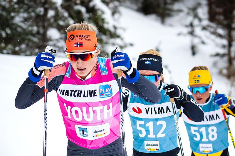 Thea Krokan Murud fører an i Visma Ski Classics-rennet La Venosta. Foto: Visma Ski Classics / Magnus Östh.
