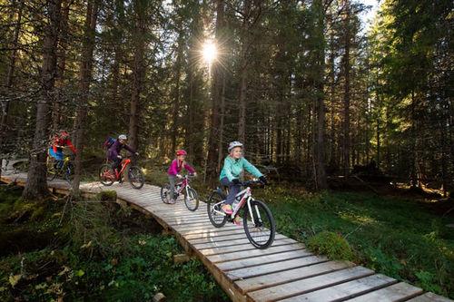 Familien fra Stange liker seg veldig godt på sykkelstiene i Trysil. Foto: Jonas Hasselgren.