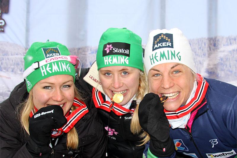 Gulljenter fra IL Heming under NM-stafetten på ski et tidligere år. Fra venstre: Tuva Toftdahl Staver, Ragnhild Haga og Astrid Uhrenholdt Jacobsen. Foto: Geir Nilsen/Langrenn.com.