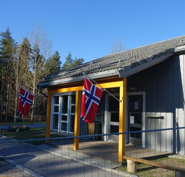 Oddeskogen - flagg ved inngang[1].JPG