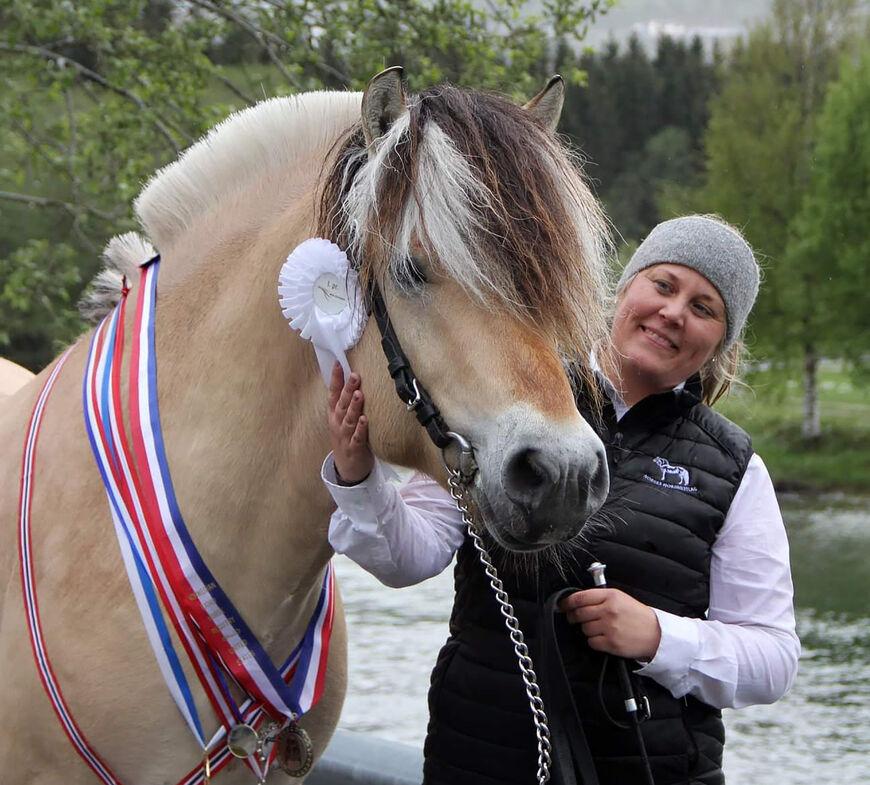 Toregardens Caiser ble beste UB-hingst i 2019, her sammen med den stolte eieren Nina Bekkevold. Grunnet koronapandemien ble det ingen utvidet bruksprøve i 2020. Foto: Ina Steiro Herstad