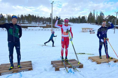 Seierspallen i Grovamila 2020. Fra venstre: Nikolai Solem Eiterjord (2. plass), Emil Iversen (1) og Even Northug (3). Foto: Hallgeir Martin Lundemo.