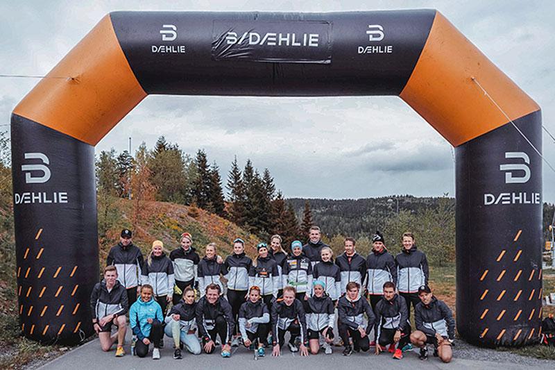 Bjørn Dæhlie omkranset av DÆHLIE-ambassdører.