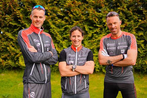 Marit Bjørgen flankert av Jørgen og Anders Aukland. Foto: Børre E. Helgerud / Team Ragde Eiendom.