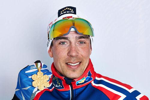 Eldar Rønning med en av sine 6 VM-medaljer fra langrennsløypene. Foto: Felgenhauer/NordicFocus.