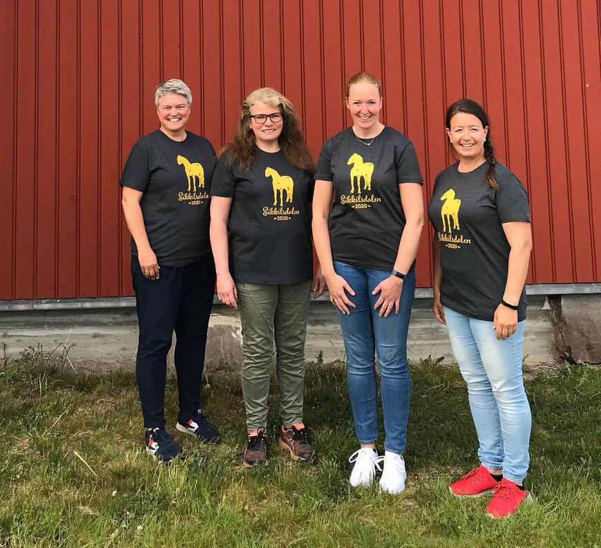 Representanter fra avlsavdelinga viser stolt fram årets t-skjorte!