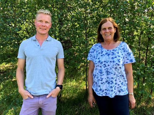 Avtroppende rektor ved Hornnes barneskule Solveig Nystøl Moi og påtroppende midlertidige rektor Gunnar Gakkestad