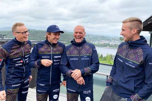 Steinar Mundal flankert av Mikael Gunnulfsen, lengst til venstre og deretter, Devon Kershaw og Even Northug. Alle er en del av Team Telemark for sesongen 2020/2021. Foto: Team Telemark.