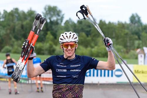 Eirik Mysen jubler etter å ha vunnet TotenRullen 2020 over 15 km i klassisk teknikk. Foto: Ådne Strandlie.