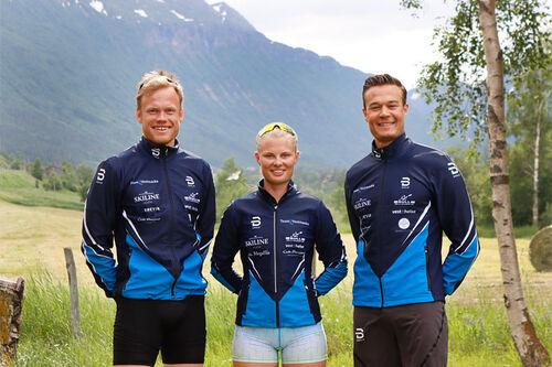 Seniorlaget til Team Vestmarka. Her ved Eirik Asdøl, Julie Bjervig Drivenes og Aleksander Dyrberg Ek. Håkon Asdøl og Hermann Skram Botterud er ikke med på bildet. Foto: Stina Meinicke.