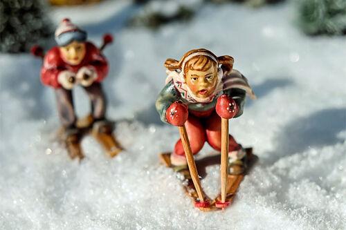 Figurer kjører på ski i snøen. Foto: Creative Commons/Pixabay.com.