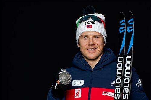 Vetle Sjåstad Christiansen med VM-medalje fra skiskytternes mesterskap i Antholz / Anterselva 2020. Foto: Manzoni/NordicFocus.