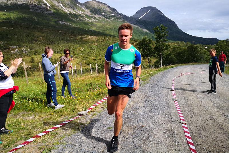 Erik Lomås på vei mot seier i Årbostadtinden Rundt 2020 ved Andørja. Arrangørfoto.