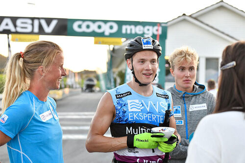 Team Koteng intervjues av NRK etter at Stian Hoelgaard i midten har gått Team Koteng inn til seier. Han flankeres av sine makkere, Astrid Øyre Slind og Thorleif Syrstad. Foto: Axelar / Hans Lie.