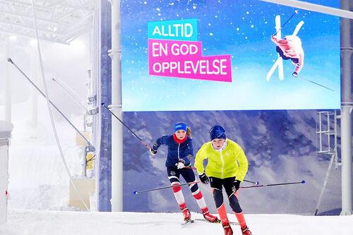 Unge langrennsløpere trener i det innendørs skianlegget SNØ rett utenfor Oslo. Foto: SNØ.