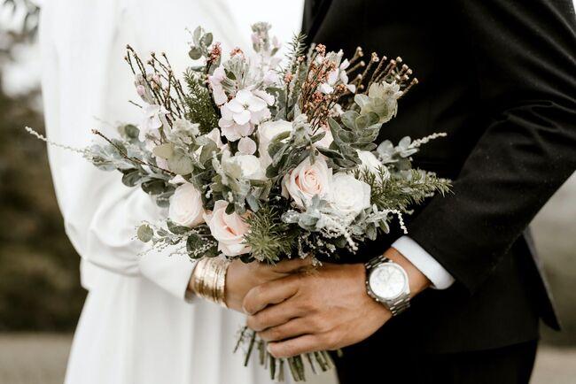 Bildet viser en brudebukett.