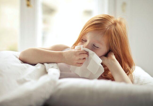 Bildet viser et barn som er forkjølet