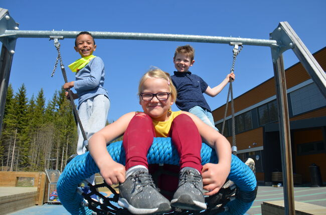 Bildet viser barn som husker i skolegården
