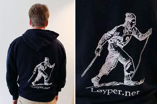 Løyper.net sine hettejakker med tøff langrennslogo av høy kvalitet, med stor tetthet av bomull og med YKK-glidelåser kjent for sin gode slitestyrke. Foto: Løyper.net.