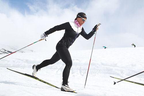 Charlotte Kalla ute på fellestrening med Marit Bjørgen og Therese Johaug ved Sognefjellshytta og Sognefjellet Sommerskisenter. Foto: Erik Borg.