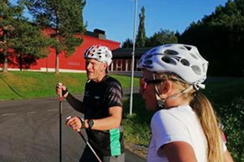 Tor-Arne Hetland instruerer Elise Øvereng i sprintteknikk under Camp Meråker. Arrangørfoto.