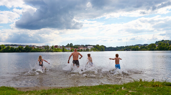 Bildet viser noen som løper ut for å bade