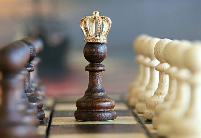 Bildet viser en sjakkbrikke på et sjakkbrett