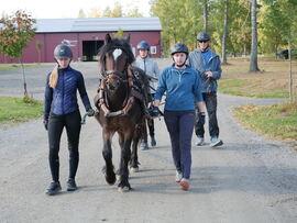 Tresa Sonja sammen med Øystein Bakken, ansvarlig for utdanningsoppholdet, og våre lærlinger i hestefag.