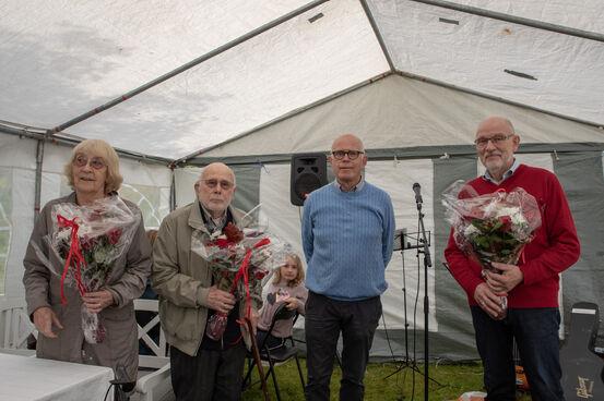 Leder Frigg-Ottar Os overrakte blomster til Harriet, Øystein og Inge som var med å stifte historielaget i 1980. Sussi som også var med å stifte laget var forhindret i å møte.