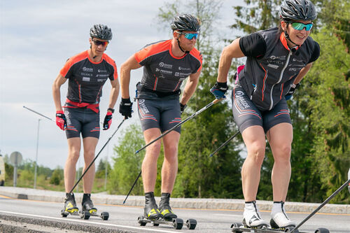 Marit Bjørgen fører an ute på rulleskitrening med Team Ragde Eiendom. Foto: Foto. Børre E. Helgerud.