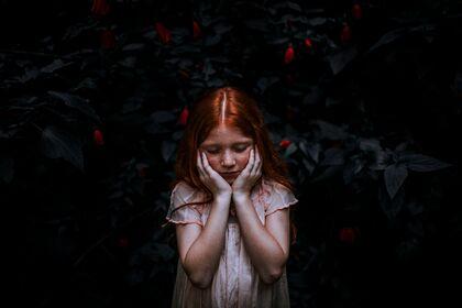 Bildet viser ei jente som er trist