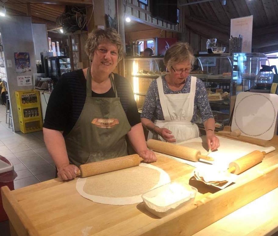 IMG_9266 Lisa og Irene baker.jpg