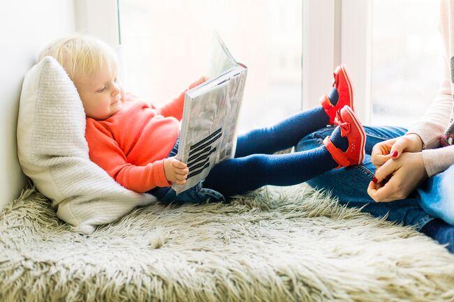 Bildet viser et barn som leser en bok