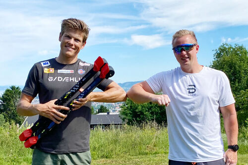 Johannes Høsflot Klæbo og Morten Iversbakken fra IDT utveksler albuekontakt for å signalisere at  de skal samarbeide fremover. Foto: IDT.