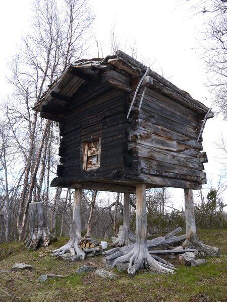 Bur og stabbur er en vanlig samisk bygningstype i de samiske bosettingsområdene. Her et staselig bur i Hattfjelldal, foto Sametinget
