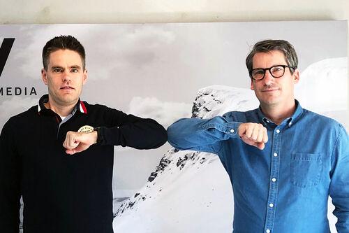 Petri Ikävalko (tv) fra det finske nettstedet Kestävyysurheilu.fi og Wsportsmedias David Nilsson forselger avtalen om oppkjøp med håndtrykk på koronavis. Foto: Wsportsmedia.